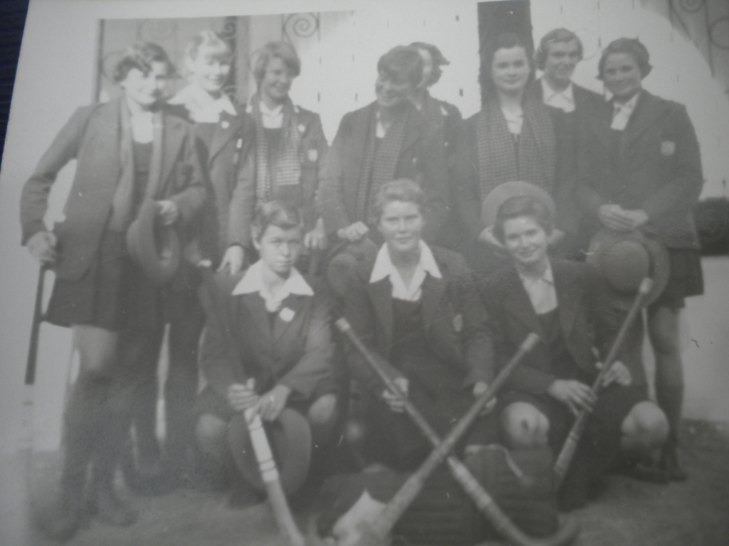 A St Peter\'s Hockey team (1957?) Sally Cathie\'s pic